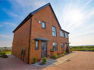 3 bedroom semi-detached house in Faversham