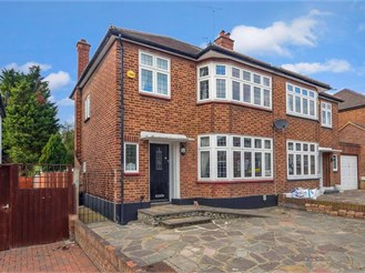 3 bedroom semi-detached house in Romford