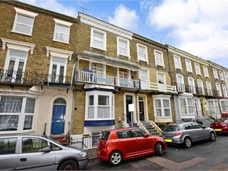 2 bedroom basement converted flat in Margate