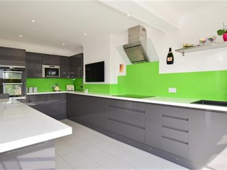 4 bedroom semi-detached house in Gravesend