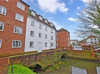1 bedroom first floor flat in Canterbury