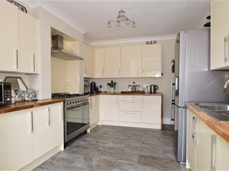 3 bedroom semi-detached house in Erith