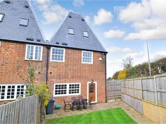 4 bedroom attached house in Canterbury