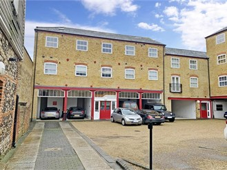 2 bed top floor flat in Rochester