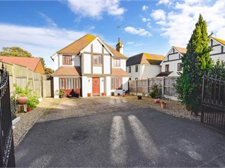 4 bed detached house in Kingsgate, Broadstairs