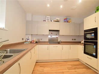 3 bed end of terrace house in Erith