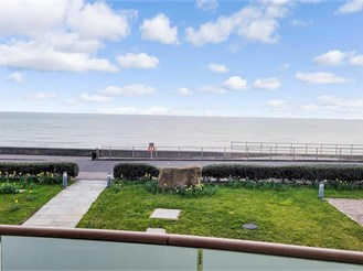 2 bed first floor apartment in Sandgate, Folkestone