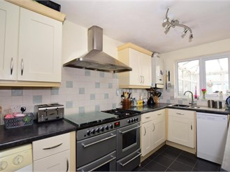 4 bed end of terrace house in Halling, Rochester