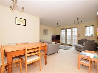 2 bed first floor apartment in Kings Hill, West Malling