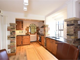 4 bed detached house in Cobham