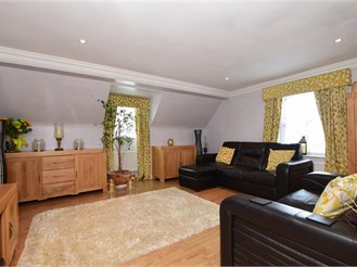 2 bed top floor coach house in Kings Hill, West Malling