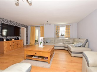 6 bed detached house in Hythe