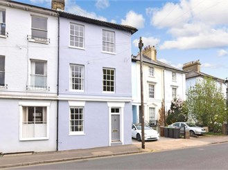 3 bed town house in Gravesend