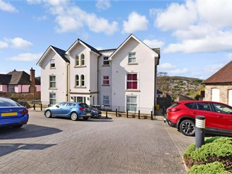 2 bed lower-ground floor flat in River, Dover
